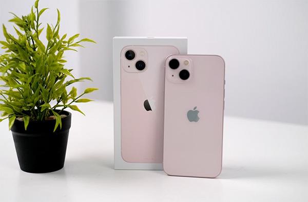 iPhone 13 màu hồng.
